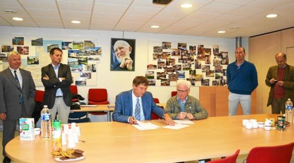 Bruno Leclercq, secrétaire général de la Caisse d'épargne Bretagne et Pays de Loire et président de Parcours Confiance aux côtés de Gabriel Bouroullec, président d'Emmaüs Action Ouest.